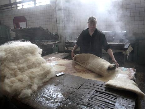 Чтобы из шерсти получился валенок, руки человека должны...