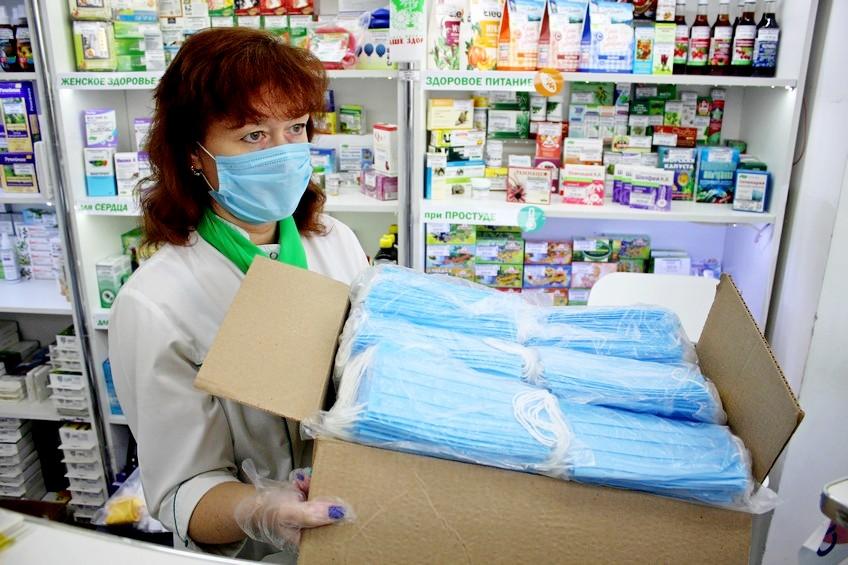 Работник аптеки с масками